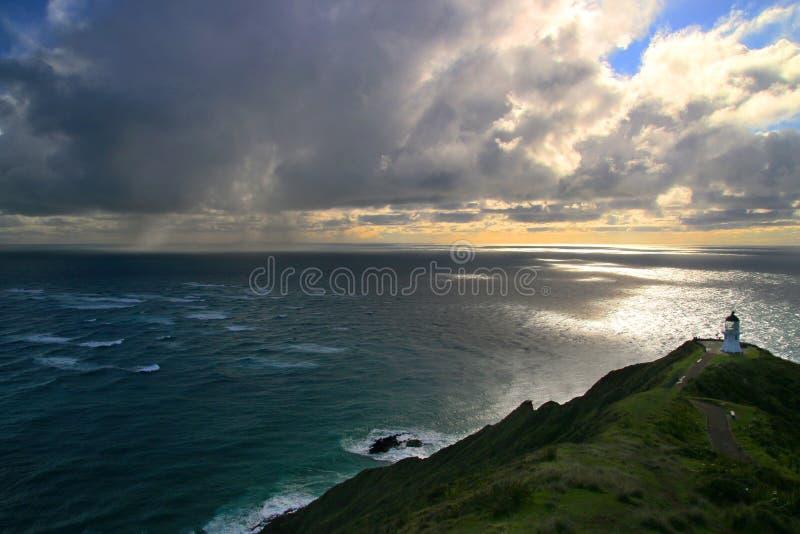 El ciclón tropical del océano de la tormenta se nubla sobre el Océano Pacífico, paisaje marino dramático con la señal del faro de imágenes de archivo libres de regalías