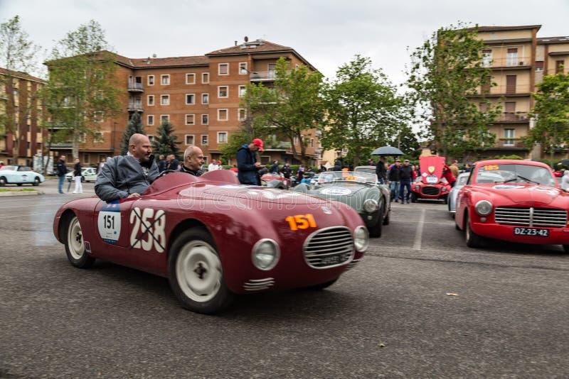 El ciclismo en ruta italiano clásico 1000 de Miglia con los coches del vintage foto de archivo libre de regalías