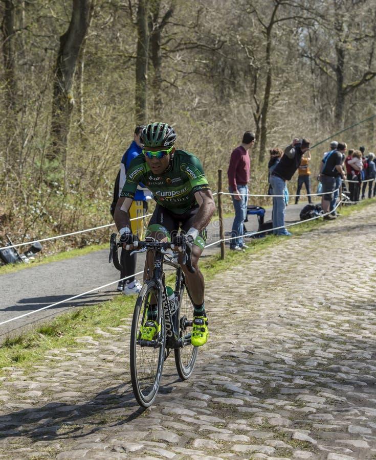 El ciclista Yohann Gene en el bosque de Arenberg- París Roubaix fotografía de archivo