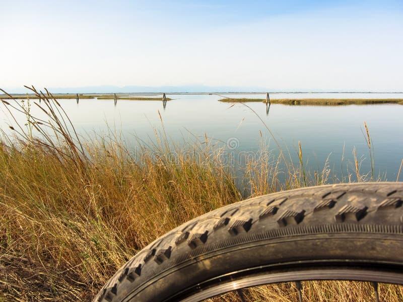 El ciclo en día soleado en la laguna de Venecia empañó primero plano fotos de archivo