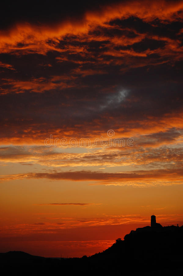 El cielo anaranjado rojo rojo de Francia Europa Aug-14-07 del Lot-et-Garonne de Tournon-d'Agenais de la silueta del cielo de la pu imagenes de archivo