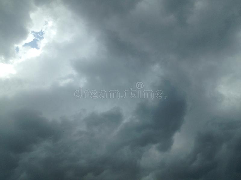 El cielo antes de llover imagenes de archivo