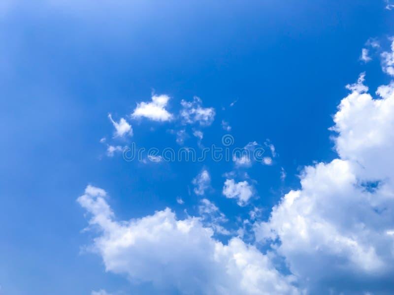 El cielo azul brillante, las nubes blancas y el viento suave soplando en el verano imagenes de archivo