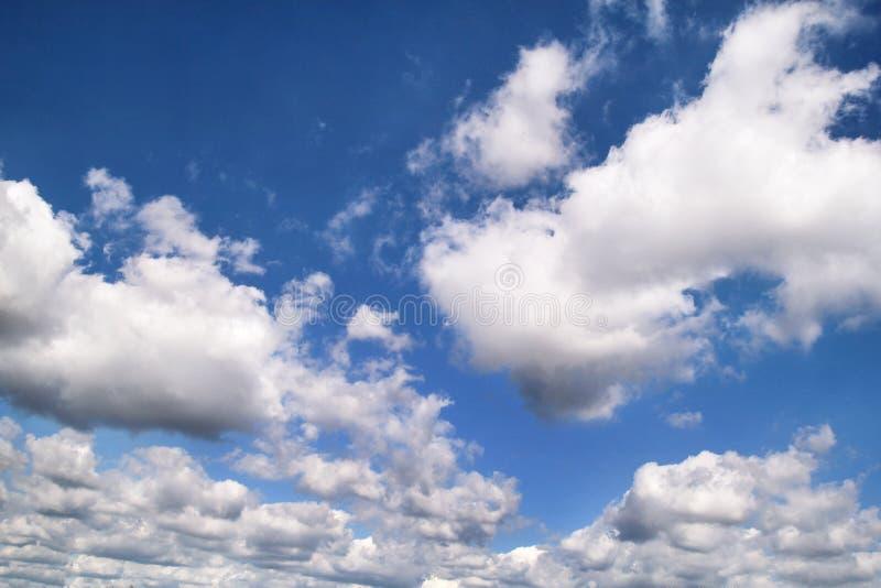 El cielo azul claro con las nubes blancas, el primer/el tiempo muy bueno con stratocumulus y las nubes de cúmulo en un día de ver imagen de archivo libre de regalías