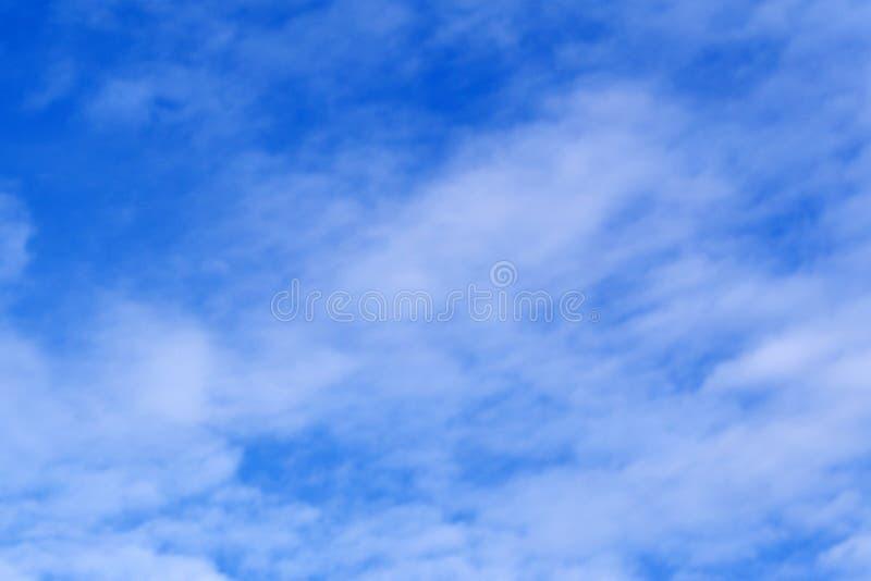 El cielo azul claro con las nubes, se puede utilizar como fondo foto de archivo