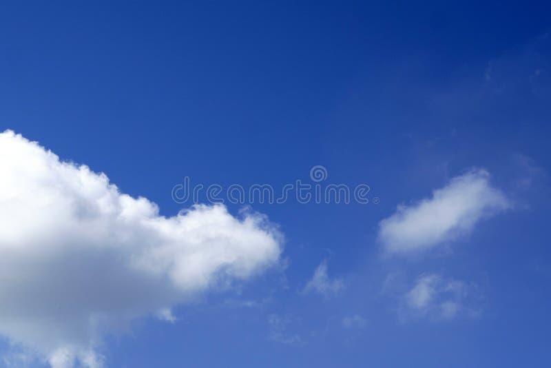 El cielo azul claro de la primavera con las nubes, se puede utilizar como fondo imagen de archivo libre de regalías
