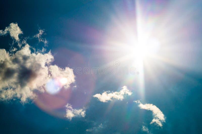 El cielo azul con el sol señala por medio de luces en soleado fotos de archivo
