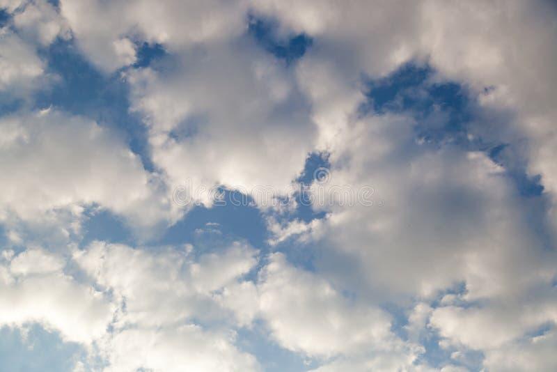 El cielo azul con las nubes blancas en día claro foto de archivo