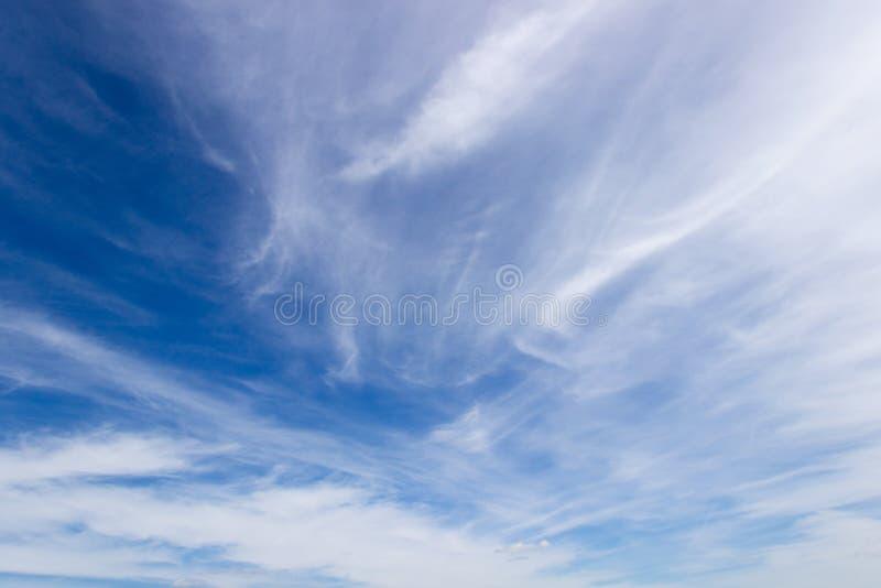 El cielo azul con las nubes blancas en día claro imagen de archivo libre de regalías