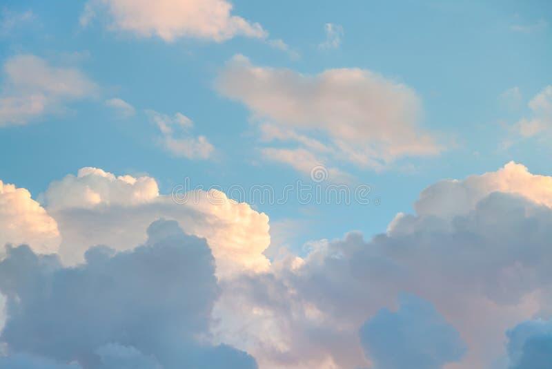 El cielo azul con puesta del sol se nubla por la tarde del otoño foto de archivo