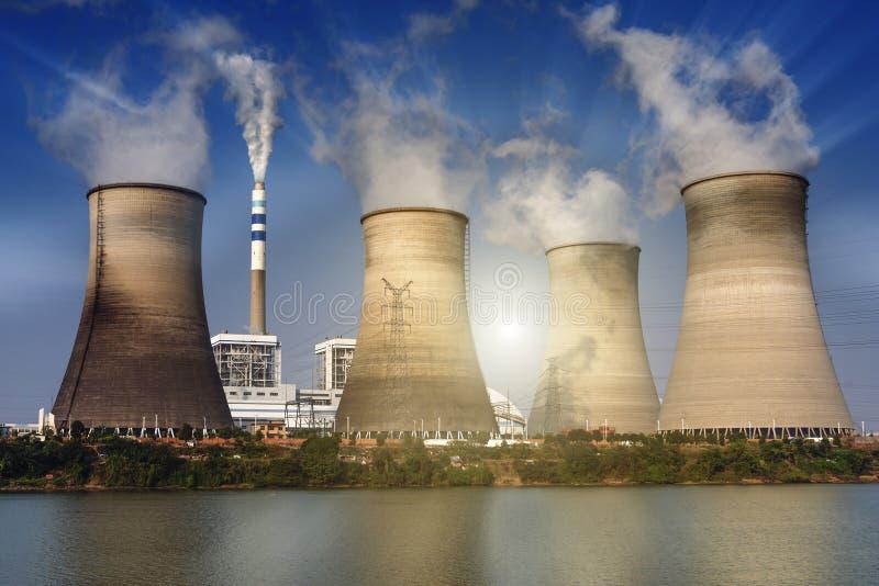 El cielo azul distribuyó la torre de enfriamiento del ` s de la central eléctrica imagen de archivo libre de regalías