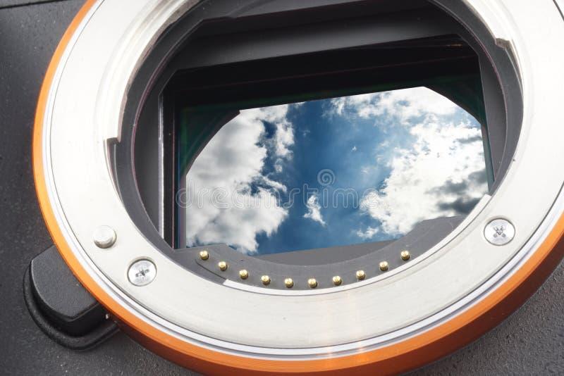 El cielo azul dramático con las nubes abre la cámara mirrorless, sensor substituido por para poseer la foto, assambly, cosida imagen de archivo libre de regalías