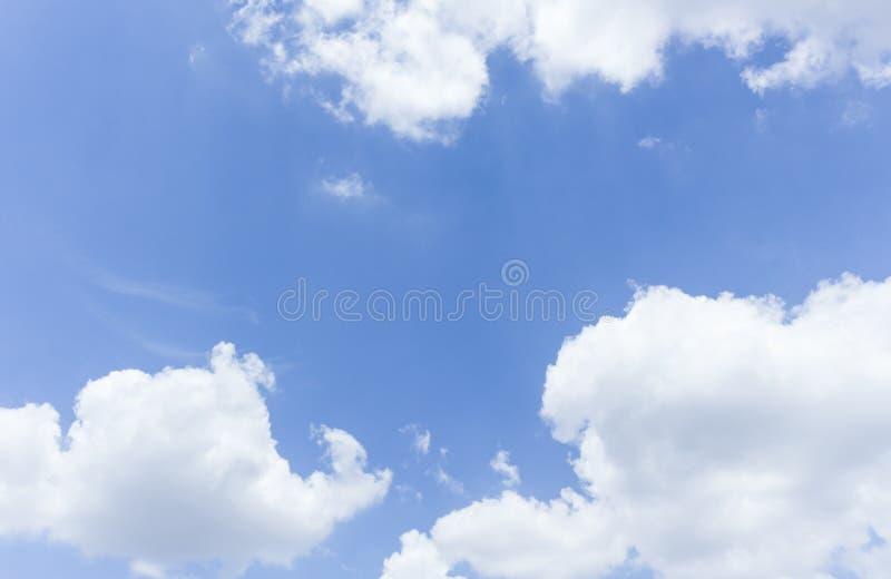 El cielo azul es cubierto por las nubes y la nube de lluvia blancas fotos de archivo libres de regalías