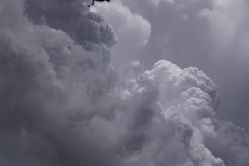 El cielo azul marino con las nubes blancas como el primero plano y el sol brilla en fondo fotos de archivo