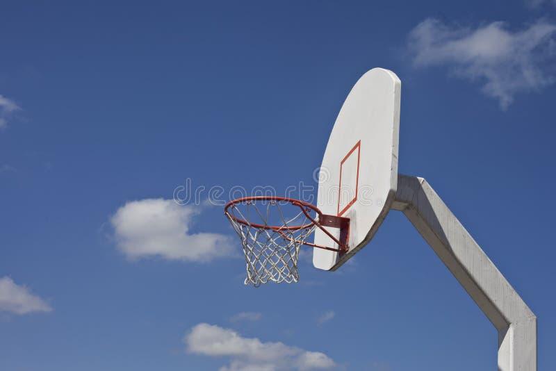 El cielo azul nublado enmarca meta retra del baloncesto foto de archivo libre de regalías