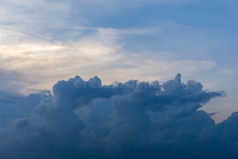 El cielo azul se nubla el fondo del cúmulo imagen de archivo libre de regalías