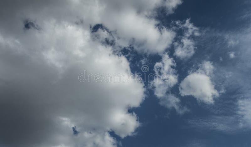 El cielo azul se nubla el tiempo mullido de la luz del sol del verano de la atmósfera del viento del aire fotografía de archivo libre de regalías