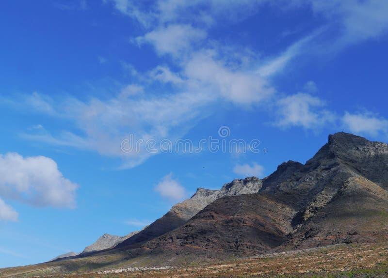 El cielo azul y las montañas en el parque de naturaleza de Jandia fotografía de archivo