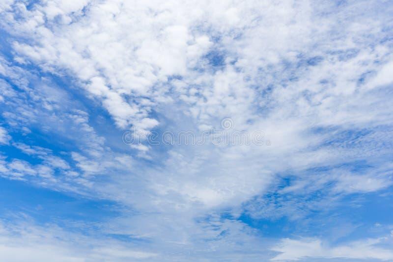 El cielo azul y las nubes de cúmulo brillantes imágenes de archivo libres de regalías