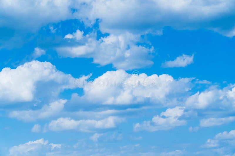 El cielo azul y las nubes profundos, se pueden utilizar como fondo imagenes de archivo