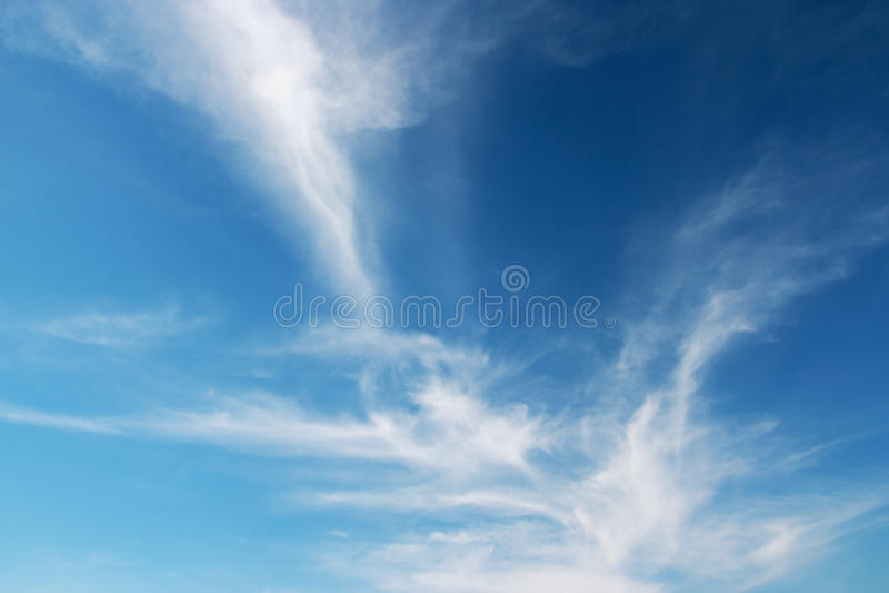 El cielo azul y las nubes tienen gusto de tornado. imágenes de archivo libres de regalías