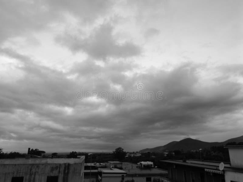 El cielo blanco y negro imagen de archivo