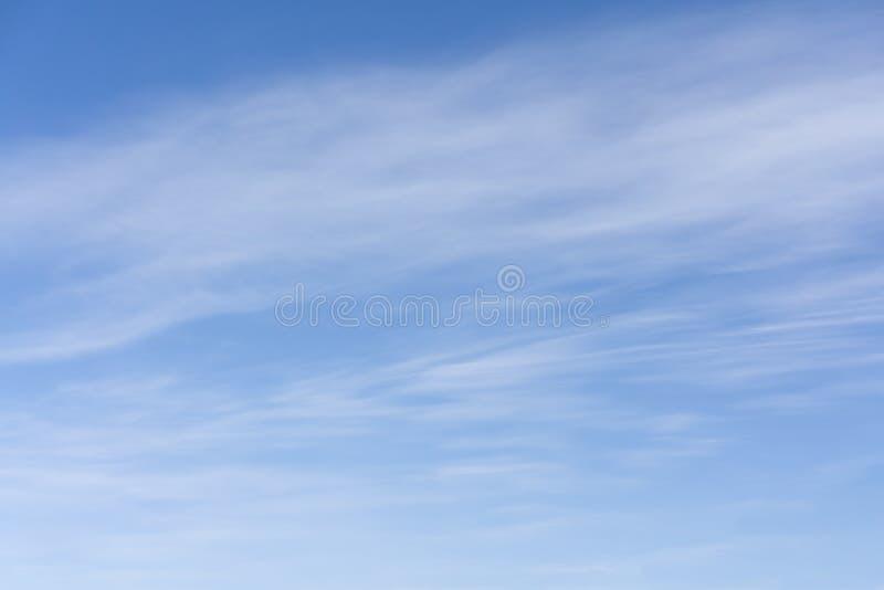 El cielo brillante de la turquesa Nubes en el cielo de la turquesa stock de ilustración