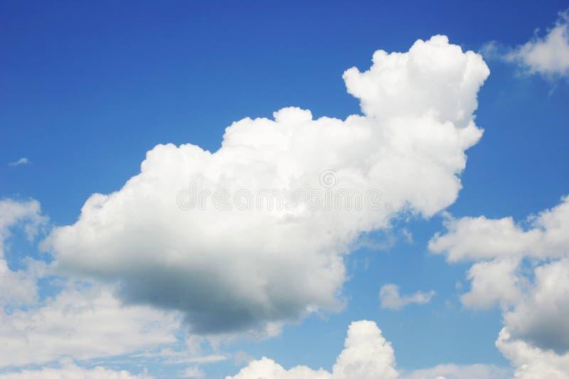 El cielo con las nubes imagenes de archivo