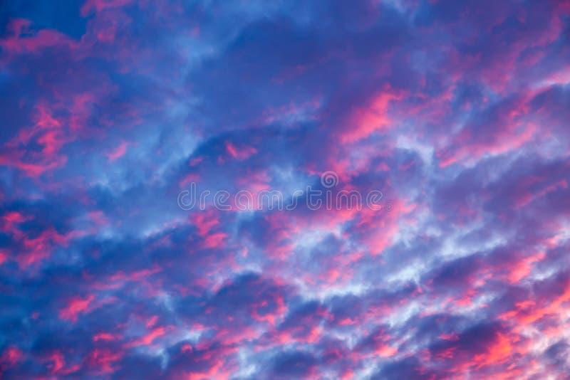 El cielo de igualación es color rojo-rosado pintado de la puesta del sol fotografía de archivo libre de regalías