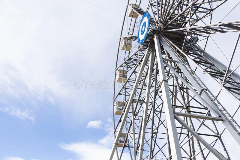 El cielo de la alegría de la noria se nubla el parque de atracciones imágenes de archivo libres de regalías