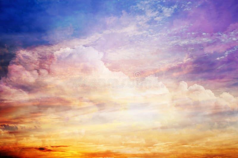 El cielo de la puesta del sol de la fantasía con las nubes asombrosas y el sol se encienden fotografía de archivo