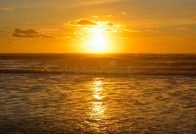 El cielo de la puesta del sol en el mar la playa del océano al aire libre paisaje paisajístico vacaciones de la naturaleza viajes fotos de archivo libres de regalías