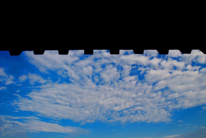 El cielo debajo de los aleros fotografía de archivo