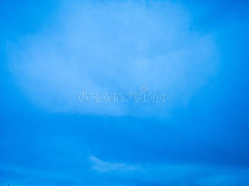 el cielo es azul hermoso foto de archivo