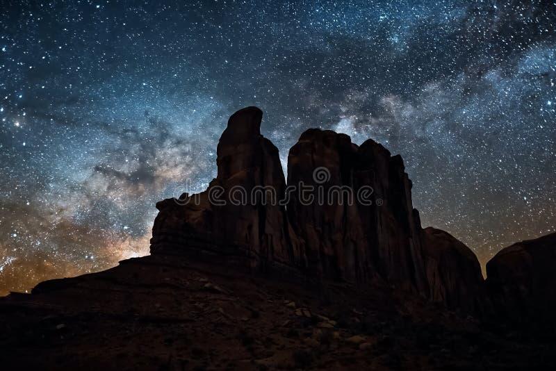 El cielo estrellado, la vía láctea Foto de la exposición larga Paisaje de la noche imagen de archivo libre de regalías