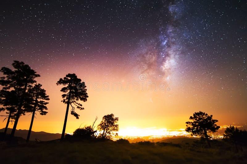 El cielo estrellado, la vía láctea Foto de la exposición larga Paisaje de la noche fotos de archivo