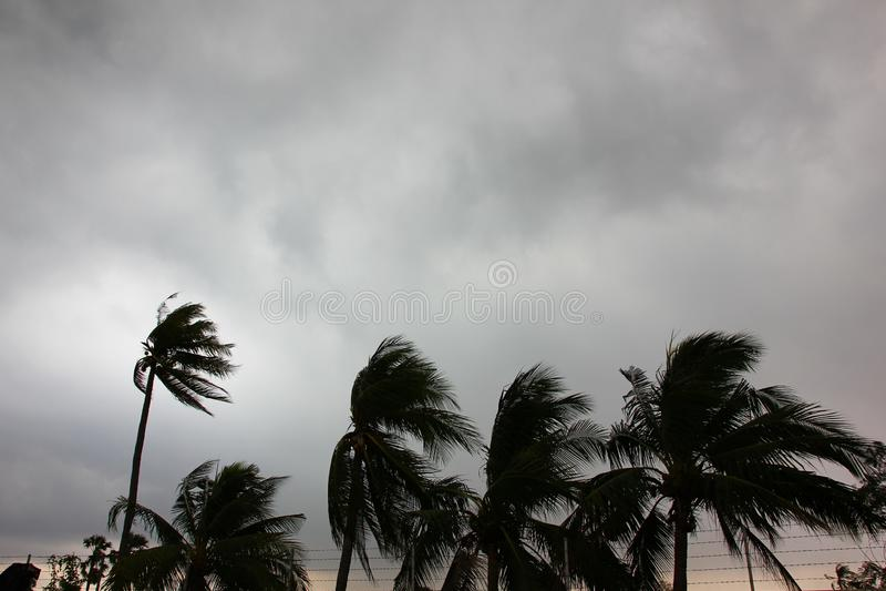 El cielo gris antes de la tormenta grande del tifón o del huracán o del tornado viene r fotografía de archivo libre de regalías