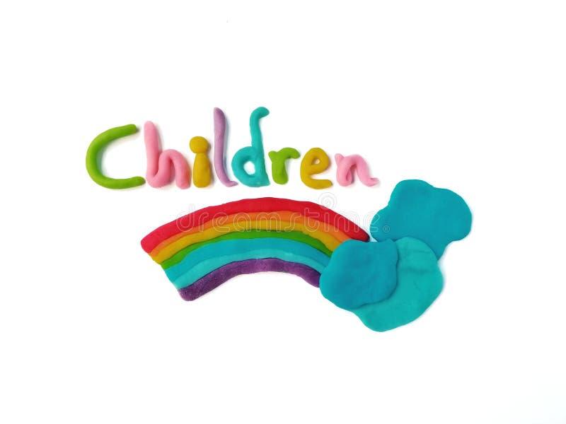 El cielo hermoso, niños manda un SMS, arcilla del plasticine, pasta del arco iris, lindo formado foto de archivo libre de regalías