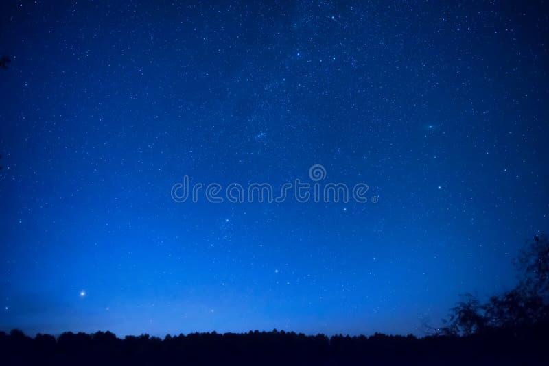 El cielo nocturno azul hermoso con muchos protagoniza imagen de archivo
