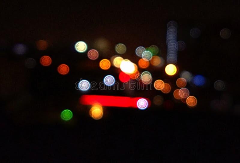 El cielo nocturno de Karachi con las luces desenfocado foto de archivo