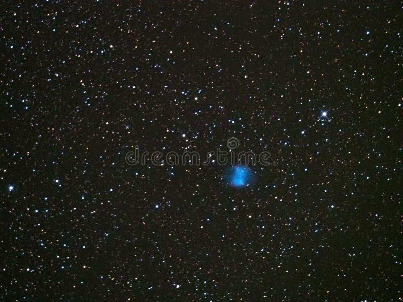 El cielo nocturno protagoniza la nebulosa M27 de la pesa de gimnasia foto de archivo libre de regalías