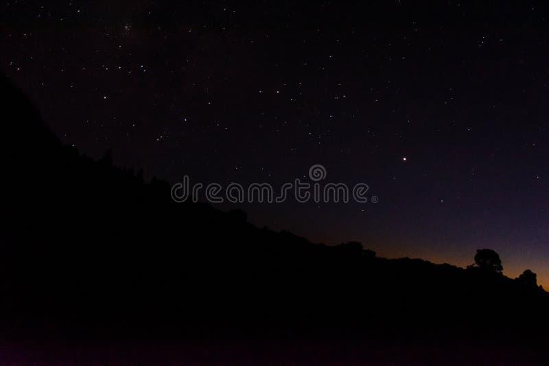 El cielo nocturno y las estrellas y las constelaciones visibles de Mirador Astronomical LLano del Jable, La Palma, islas de Canar foto de archivo