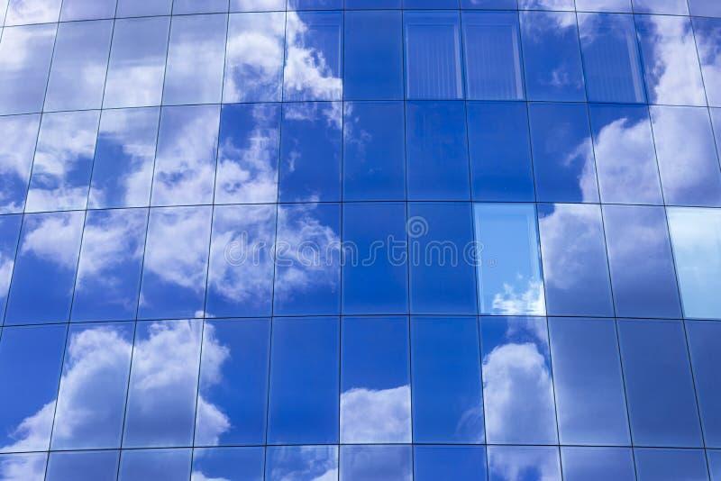 el cielo reflejó en vidrio imagen de archivo