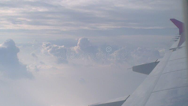 El cielo se nubla vuelo fotografía de archivo