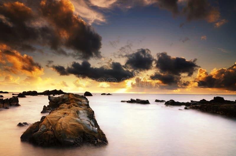 El cielo y el mar brillantes en el amanecer imágenes de archivo libres de regalías