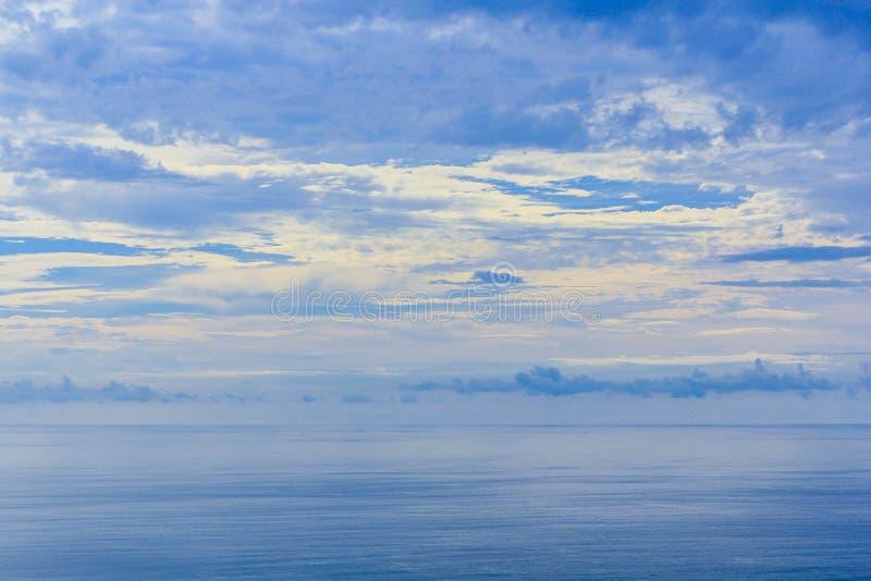 El cielo y el mar reflejan foto de archivo