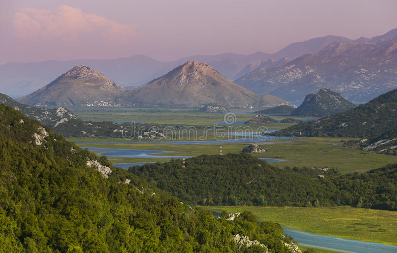 El cielo y el río de la salida del sol en la montaña cruzan el valle imágenes de archivo libres de regalías