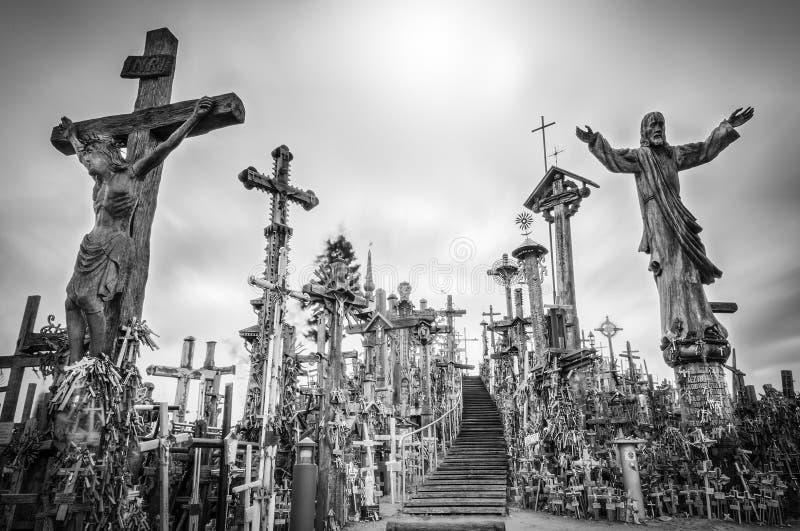 El cielo y la colina de cruces acercan a Siauliai, Lituania. foto de archivo libre de regalías
