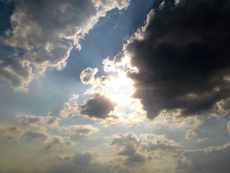 El cielo y el sol del cúmulo remetieron detrás de una nube fotos de archivo libres de regalías