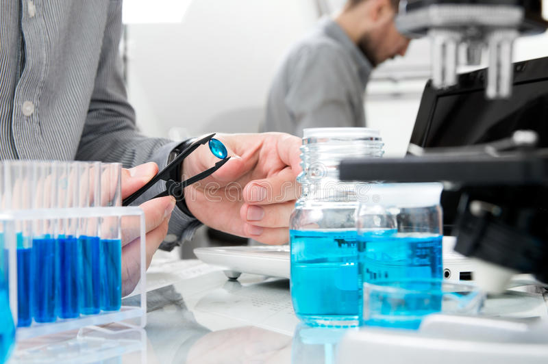 El científico hace la investigación sobre una nueva droga imágenes de archivo libres de regalías
